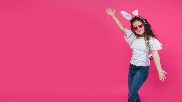 Ragazza felice nel sorridere delle orecchie del coniglietto Foto Gratuite