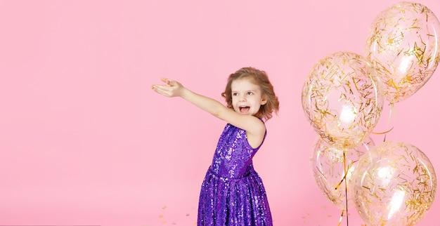 Ragazza felice nella celebrazione del vestito rosa Foto Premium