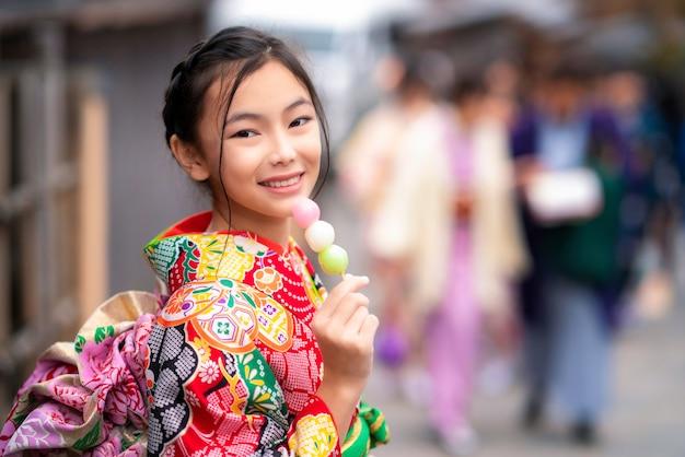 Ragazza giapponese in abito tradizionale kimono Foto Premium