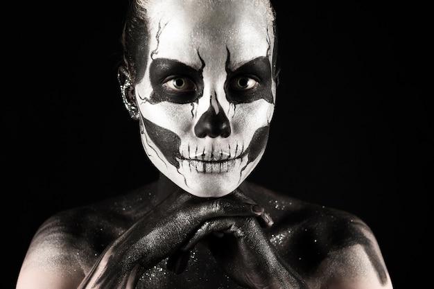Ragazza graziosa con la pittura di scheletro del corpo Foto Premium