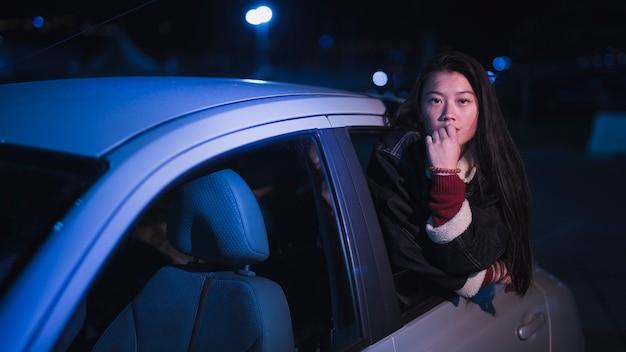 Ragazza in auto di notte Foto Gratuite