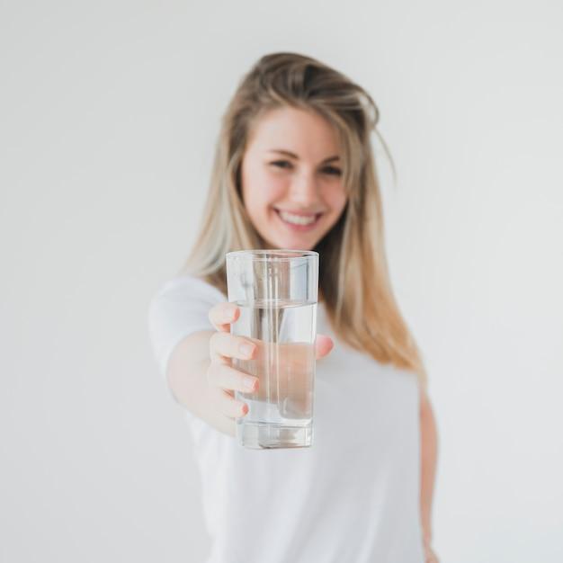 Ragazza in buona salute che tiene bicchiere d'acqua Foto Gratuite