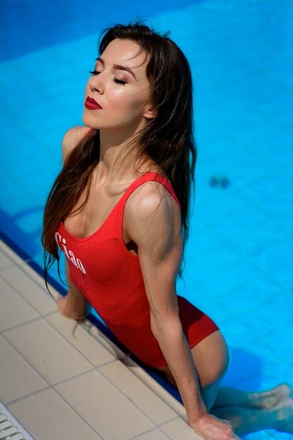 comprare on line 788a8 5963b Ragazza in costume da bagno rosso in piscina blu | Scaricare ...