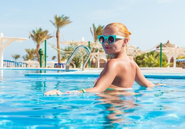 Ragazza in piscina Foto Gratuite