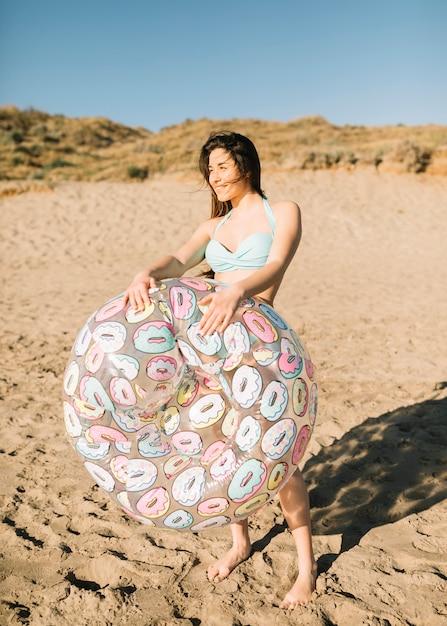 Ragazza in spiaggia Foto Gratuite