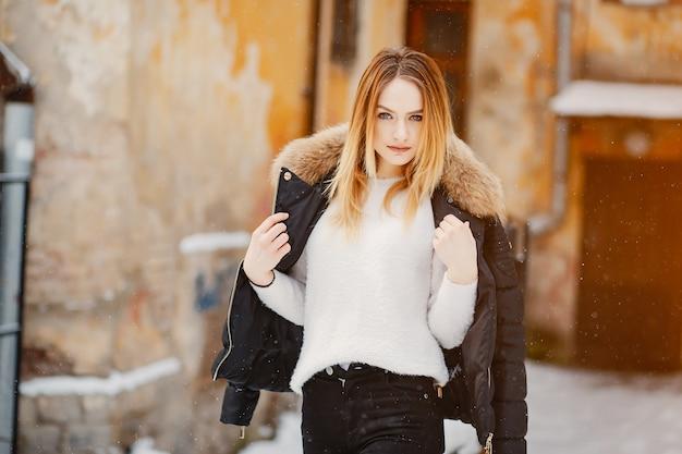 Ragazza in una città d'inverno Foto Gratuite