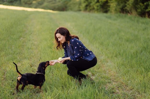 Ragazza in una passeggiata con il suo cucciolo Foto Gratuite