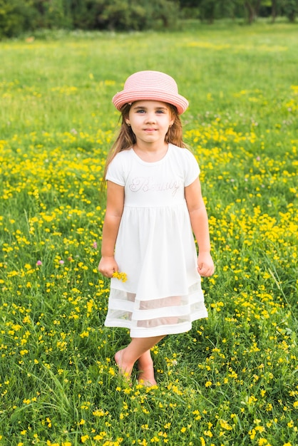 Fiori Gialli Nel Prato.Ragazza In Vestito Bianco Che Si Leva In Piedi Nel Prato Che Tiene