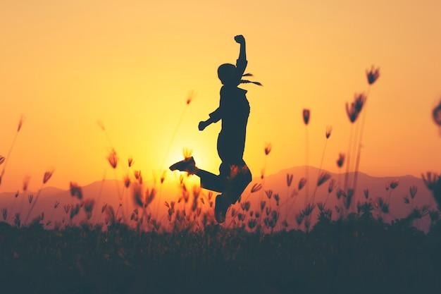 Ragazza incoraggiante libera con le braccia alzate godendo Foto Premium