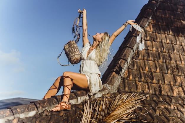 Ragazza indiana sul tetto cattura sogni. bella ragazza bionda con acchiappasogni. Foto Gratuite