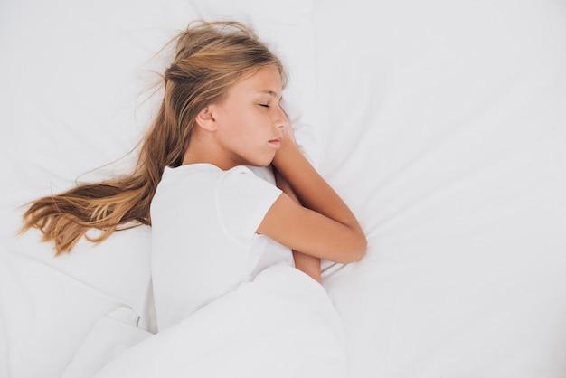 Ragazza laterale che dorme con lo spazio della copia Foto Gratuite
