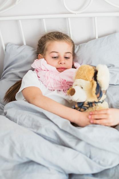 Ragazza malata nel letto Foto Gratuite