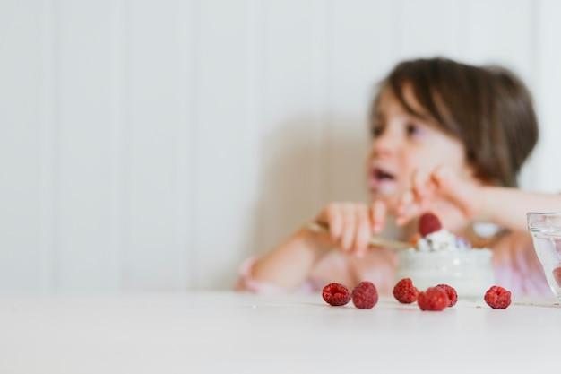 Ragazza, mangiare, lampone, tavola Foto Gratuite
