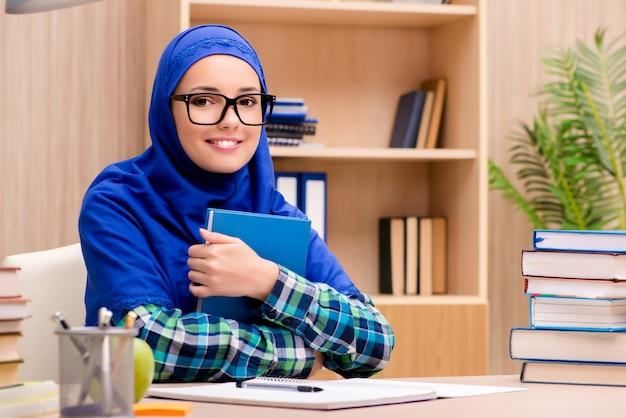 Ragazza musulmana che si prepara per gli esami di ammissione Foto Premium