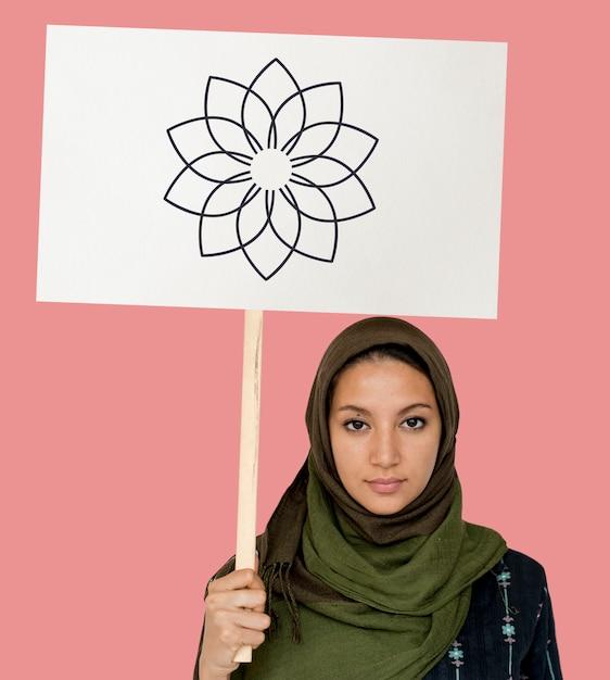 Ragazza musulmana con un cartello Foto Premium