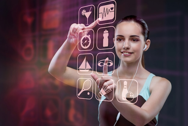 Ragazza nel concetto di sport che preme i bottoni virtuali Foto Premium