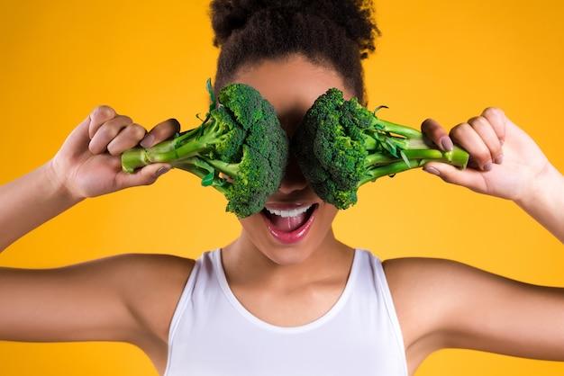 Ragazza nera chiuse gli occhi broccoli. Foto Premium