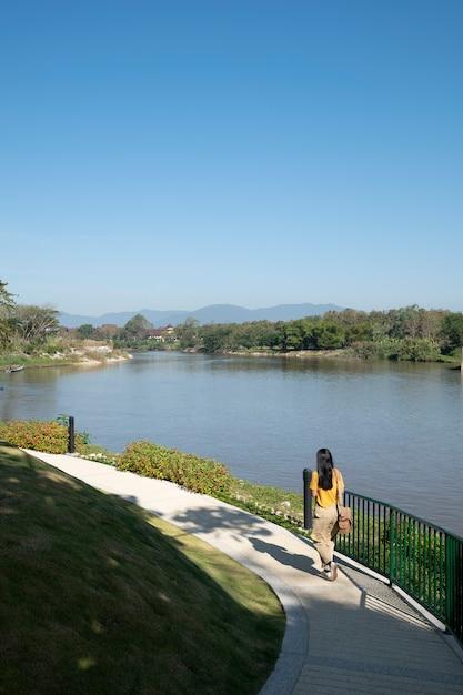 Ragazza passeggiata sul lago laterale Foto Gratuite