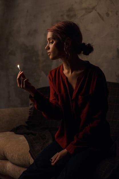 Ragazza piuttosto premurosa in una camicia rossa con una profonda scollatura con i capelli raccolti Foto Premium