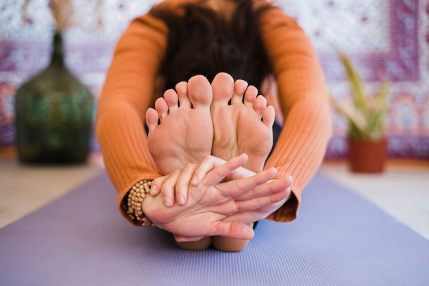Ragazza rilassata praticare yoga a casa Foto Gratuite