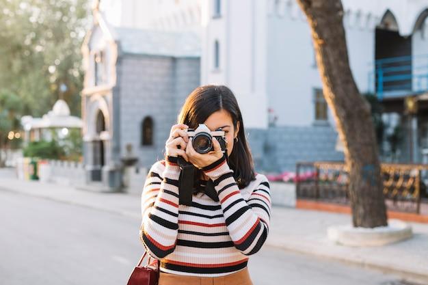 Ragazza scattare una foto con la fotocamera Foto Gratuite