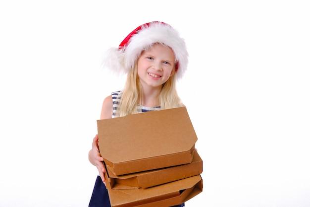 Ragazza sorridente bionda in cappello di babbo natale con scatola per pizza nelle mani Foto Premium