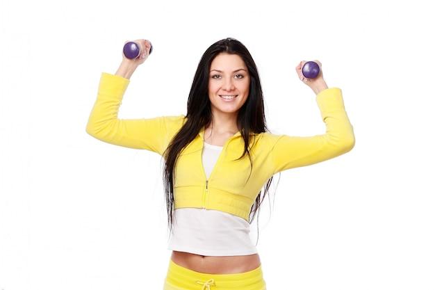 Ragazza sorridente che fa allenamento di forma fisica Foto Gratuite