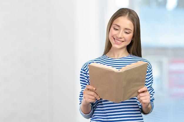 Ragazza sorridente con i libri Foto Premium