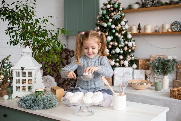 Ragazza sorridente nella cucina di natale a casa. Foto Premium