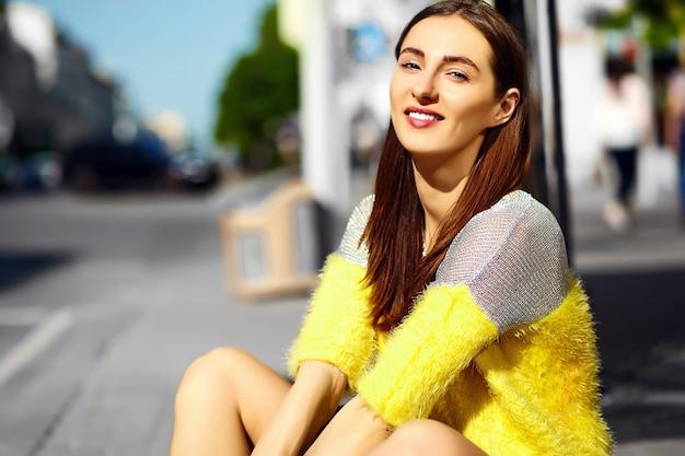 Ragazza sorridente su sfondo sfocato strada Foto Gratuite