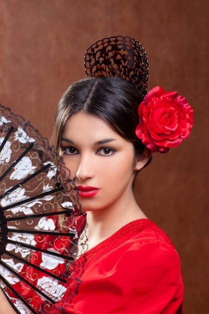 Ragazza spagnola della spagna del ballerino di flamenco di gipsy con la rosa rossa Foto Premium