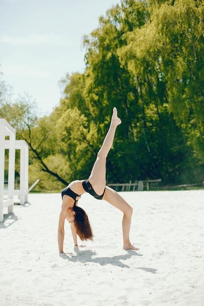 Ragazza sportiva su una spiaggia Foto Gratuite