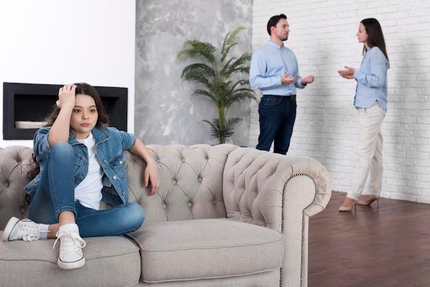 Ragazza stanca di discussione dei genitori Foto Gratuite