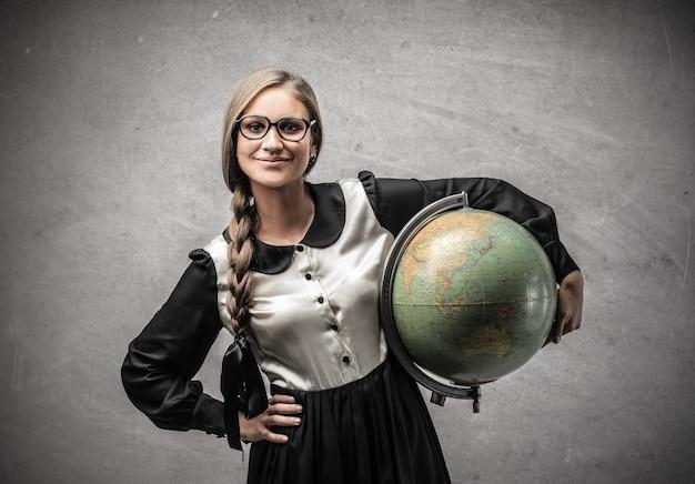 Ragazza studentessa con il globo Foto Premium