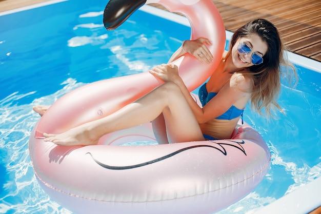 Ragazza sulla festa d'estate in piscina Foto Gratuite