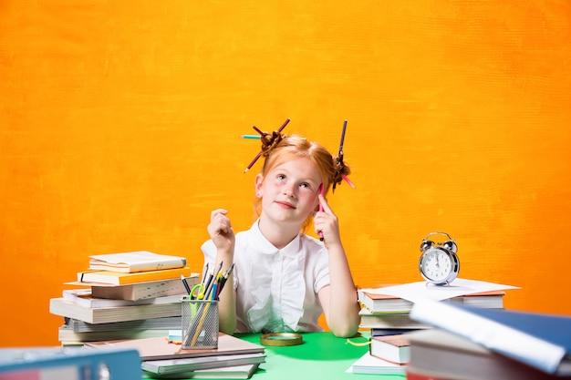 Ragazza teenager con molti libri Foto Gratuite