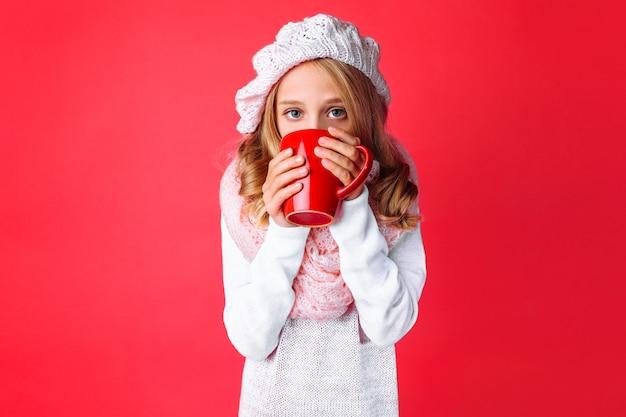 Ragazza teenager sveglia con una tazza di tè Foto Premium