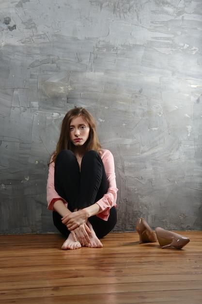Ragazza triste e malinconica che soffre di depressione. situazione di solitudine e blues. Foto Premium