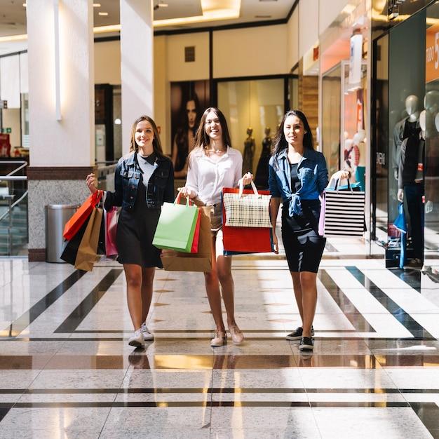 db569dd0f1e8 Ragazze alla moda shopping nel centro commerciale