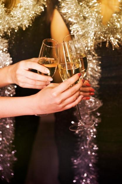 Ragazze brindando con champagne alla festa di capodanno Foto Gratuite