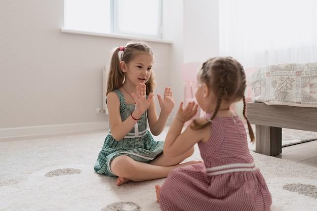 Ragazze carine spensierate che giocano adorabili a casa Foto Gratuite