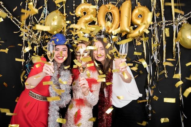 Ragazze che celebrano al 2019 festa di capodanno Foto Gratuite