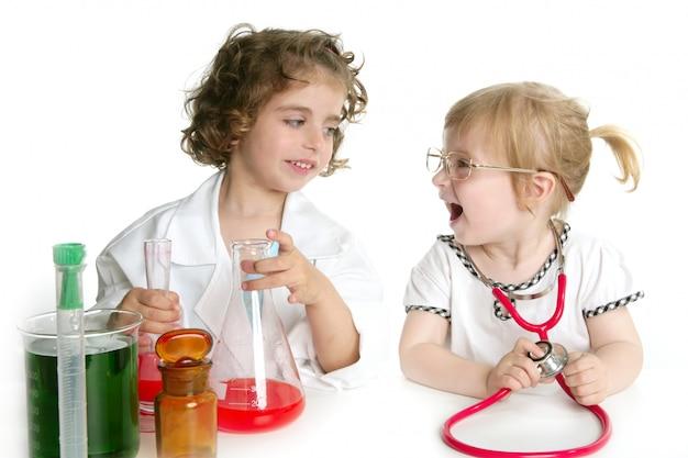 Ragazze che fingono di essere dottore in laboratorio Foto Premium