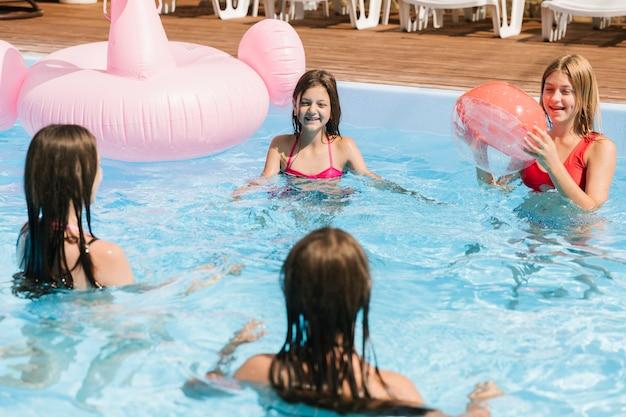 Ragazze che giocano in piscina Foto Gratuite