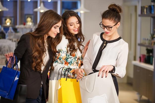 Ragazze con borse in una boutique. Foto Premium