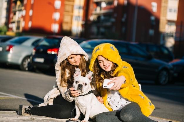 Ragazze con cane in strada Foto Gratuite