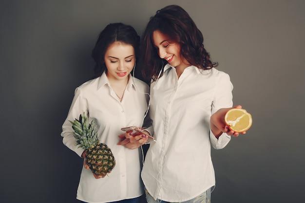 Ragazze con frutta Foto Gratuite