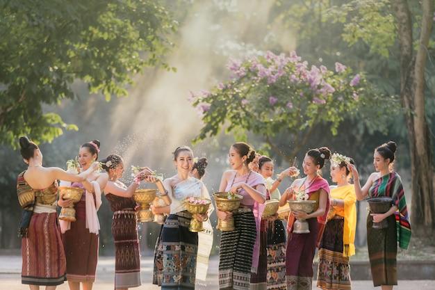 Ragazze del laos che spruzzano acqua durante il festival songkran festival Foto Premium