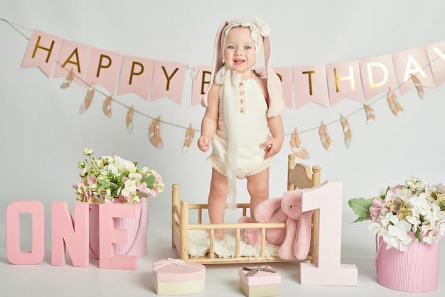 Ragazze del primo compleanno, decorazioni nei colori rosa Foto Premium