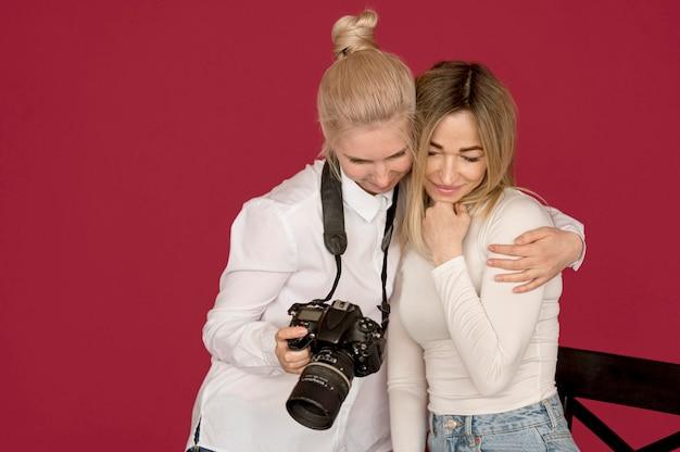 Ragazze di concetto del tiro di foto che esaminano le foto Foto Gratuite